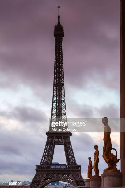 eiffel tower and sculptures, trocadero, paris, france - シャイヨー宮 ストックフォトと画像