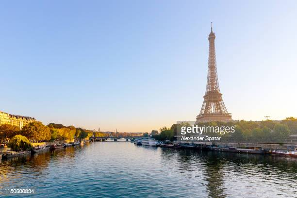 eiffel tower and seine river at sunrise, paris, france - paris stockfoto's en -beelden