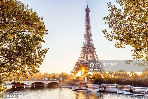 eiffel tower and seine river at sunrise, paris, france - paris fotografías e imágenes de stock