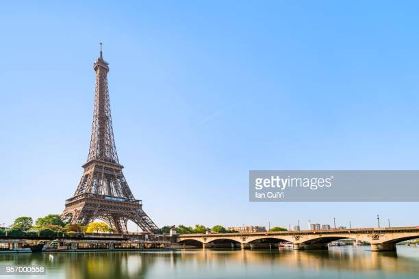 eiffel tower and seine river in the morning, paris, france - parís fotografías e imágenes de stock