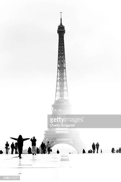 eiffel tower and tourists - paris noir et blanc photos et images de collection