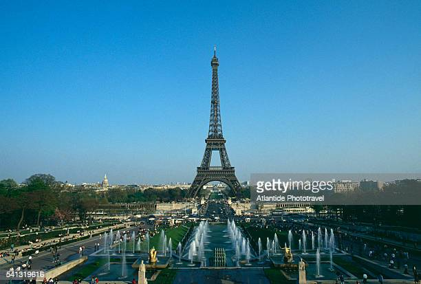eiffel tower and trocadero fountains - esplanade du trocadero stock pictures, royalty-free photos & images