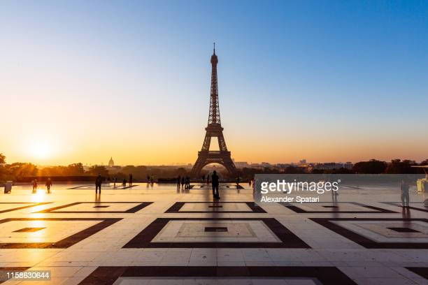 eiffel tower and trocadero square at sunrise, paris, france - paris skyline stock pictures, royalty-free photos & images