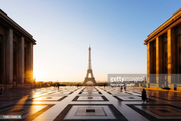eiffel tower and trocadero square during sunrise, paris, france - parís fotografías e imágenes de stock