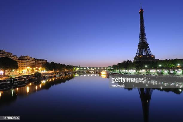 Eiffel tower bei Sonnenaufgang