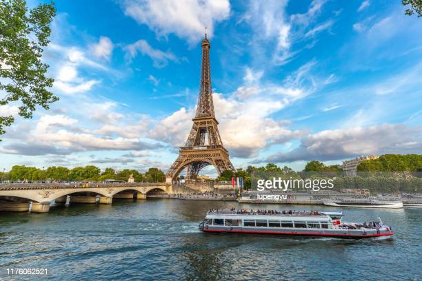 eiffel tower at morning,paris - paris stockfoto's en -beelden