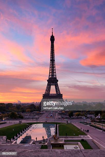 eiffel tower at sunrise, paris, france - esplanade du trocadero stock pictures, royalty-free photos & images