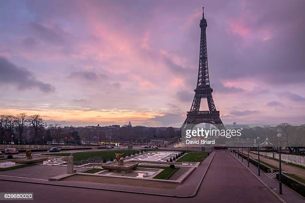 eiffel tower at sunrise - esplanade du trocadero stock pictures, royalty-free photos & images