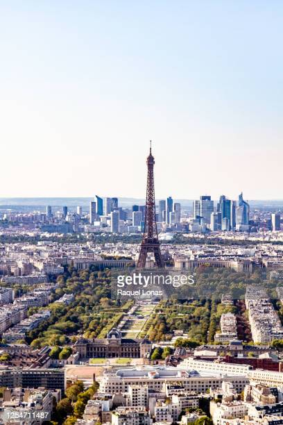 eiffel tower backed by the palais de chaillot and the high-rises of downtown paris - esplanade du trocadero stock pictures, royalty-free photos & images