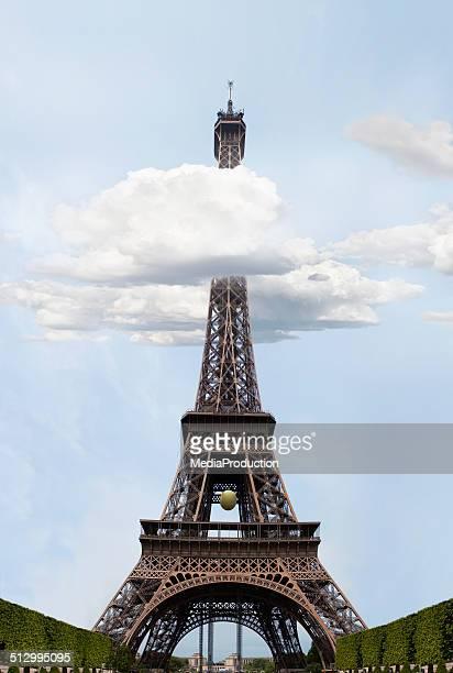 Eiffelturm in den Wolken