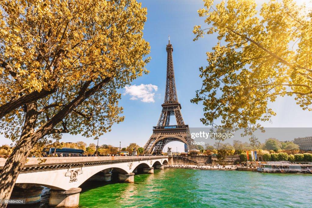 Torre Eiffel en París, Francia : Foto de stock