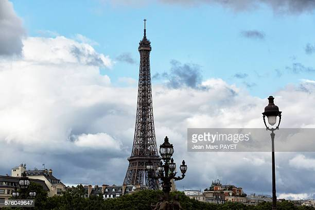 eiffel tower, lampost on alexander iii bridge and - jean marc payet stockfoto's en -beelden