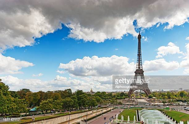 eiffel tower viewed through the trocadero fountains - esplanade du trocadero stock pictures, royalty-free photos & images