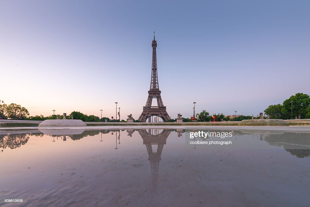 Eiffel tower with reflection at Trocadero fountains : Stock Photo