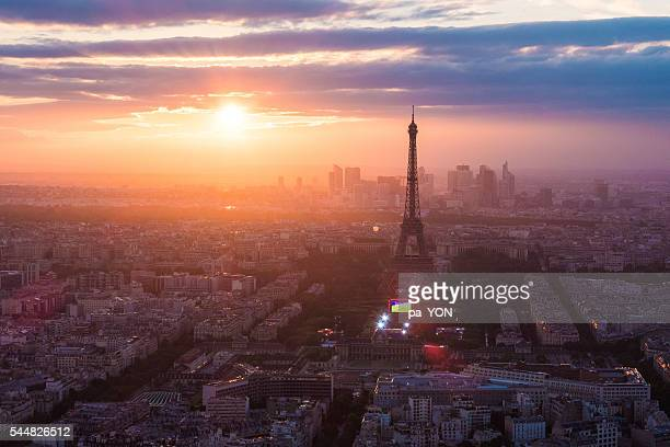eiffel tower with sunset - place charles de gaulle paris stock photos and pictures