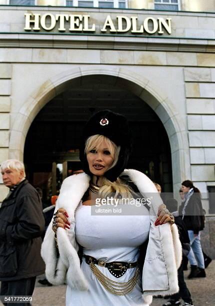 """Eigentlich Eve Valois,Model, Busenwunder, Frankreichposiert mit russischer Armeemütze vor dem Hotel """"Adlon"""" inBerlin- Dezember 1997"""