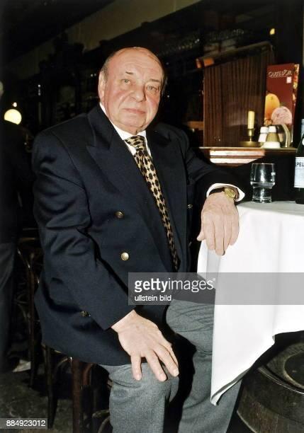 eigentlich Heinz Schumann Musiker D Porträt sitzt an einem Tisch im Cafe Februar 1999