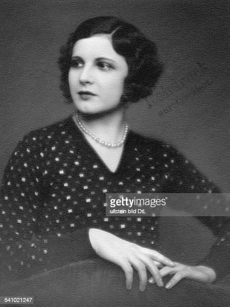 eigentlich Henriette Margarethe Hiebel*Schauspielerin Tänzerin Österreich Dim Kleid mit farbigen Karos und Perlenkette undatiert ca 1928Foto Atelier...