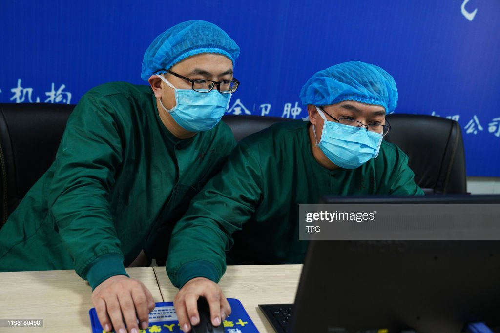 Eight doctors and nurses are taking care of patients who has new coronavirus pneumonia in the isolation ward in Binzhou,Shandong,China on 01th February, 2020 : News Photo