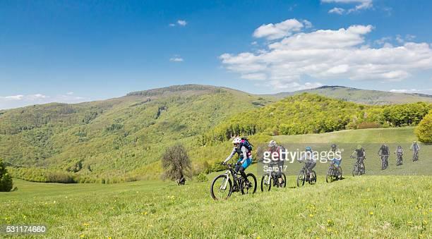 Huit Mountainbike amis dans les montagnes de Slovaquie
