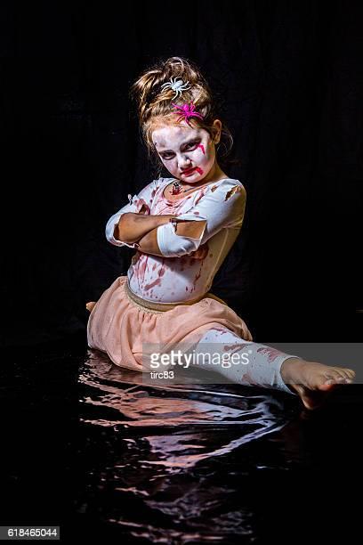 eight year old girl in halloween outfit - split acrobatiek stockfoto's en -beelden