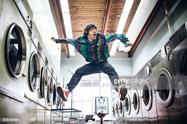 Quatre-vingt homme danser dans une laverie automatique