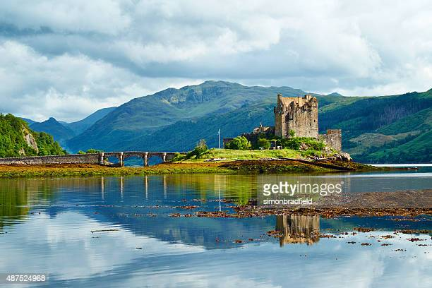 eilean donan castle summer scenic - scotland stock pictures, royalty-free photos & images