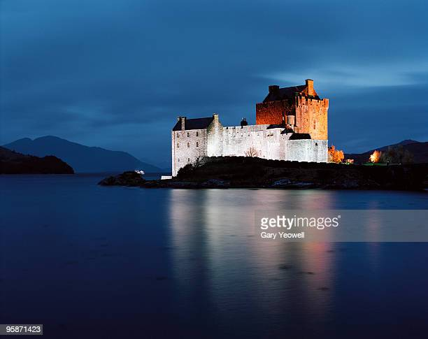 eileen donan castle at dusk - yeowell stock pictures, royalty-free photos & images