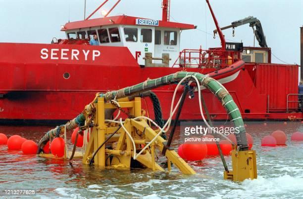 Ein 7381 Kilometer langes Seekabel von Kanada nach Europa wird am 30. Oktober 1993 von See kommend zur Nordseeinsel Sylt mit diesem...