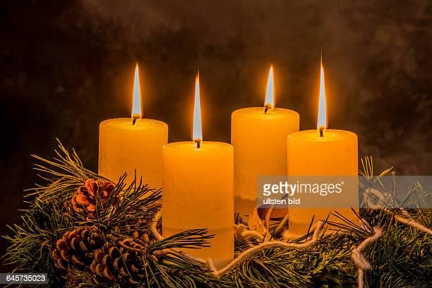 Ein Adventskranz zu Weihnachten sorgt für romatinsche Stimmung in der stillen Advent Zeit vier Kerzen brennen zum 4 Advent