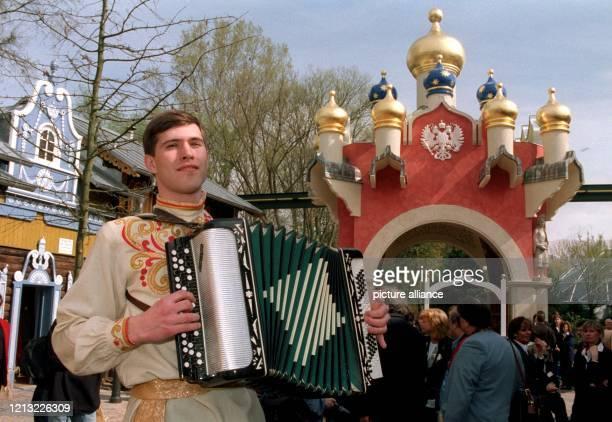 Ein Akkordeonspieler musiziert am 241998 zur Eröffnung des neuen russischen Themenbereiches im EuropaPark im badischen Rust Am 4 April begann im...