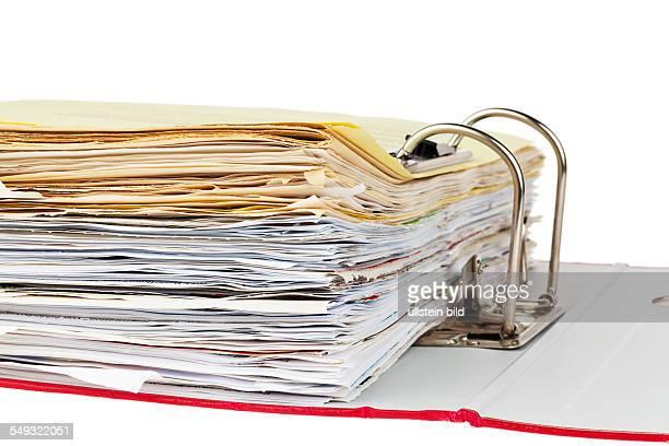 Ein Aktenordner mit Schriftstücken und Dokumenten Aufbewahrung von Verträgen