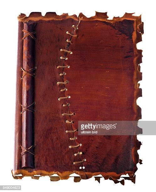 Ein altes Tagebuch oder Notizbuch mit einem Ledereinband Liegt auf weißem Hintergrund