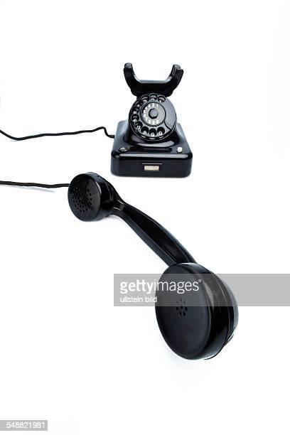 Ein antikes altes Festnetz Telephon Telefon auf weißem Hintergrund