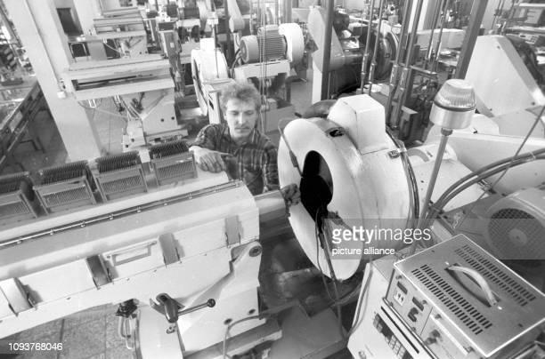 Ein Arbeiter an einer Anlage im VEB Spurenmetalle Freiberg aufgenommen im April 1989 Der Betrieb war zu DDRZeiten Entwickler und Produzent von...