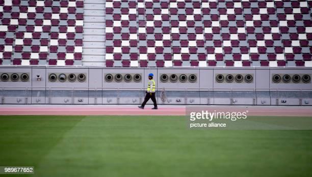 Ein Arbeiter läuft im Khalifa International Stadium in Doha am über die Laufbahn Die Endrunde der FußballWeltmeisterschaft 2022 soll in Katar...
