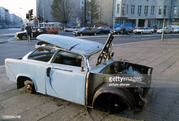 Ein ausgeschlachteter Pkw Trabant an einer Straßenkreuzung in Berlin undatiertes Foto von 1990 Einst begehrtes Konsumgut in der DDR wurde der Trabant...