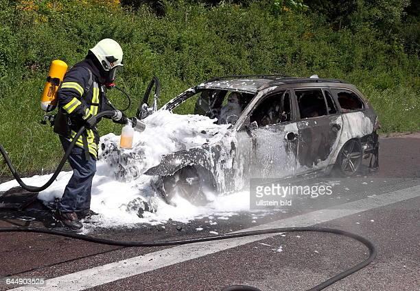 Ein Auto fängt auf der A8 kurz hinter der Anschlussstelle Schwalbach Feuer Ein 24Jähriger war mit zwei Beifahrern auf der Autobahn in Fahrtrichtung...