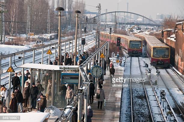 Ein Bahnsteig auf dem SBahnhof Ostkreuz in BerlinFriedrichshain Im Hintergrund die Modersonbrücke