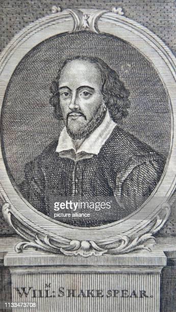 Ein Band einer neunbändigen Gesamtausgabe aus dem Jahr 1760 mit den Werken von William Shakespear liegt am auf einem Tisch in Berlin. Die...
