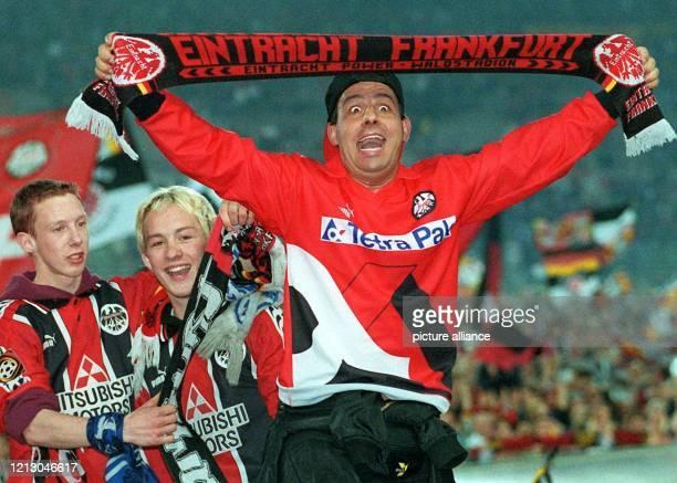 Ein begeisterter Fan von Eintracht Frankfurt schreit am 25.5.1998 nach dem Fußball-Zweitligaspiel gegen Mainz 05 im Frankfurter Waldstadion seine...