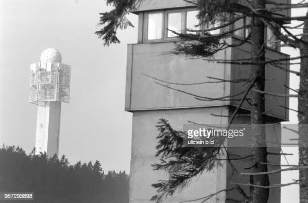 Ein Beobachtungsturm der DDRGrenztruppen und der im Hintergrund 1972 vom USGeheimdienst auf dem Wurmberg in Deutschland errichtete 81 m hohen Turm...