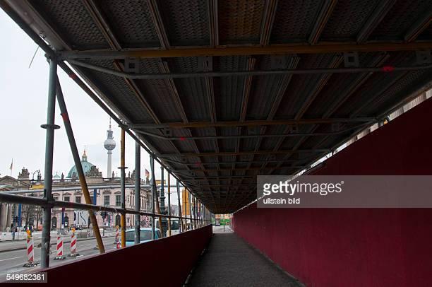 Ein überdachter Schutzweg für Fußgänger vor der Baustelle der Deutschen Staatsoper an der Straße Unter den Linden in BerlinMitte Im Hintergrund das...