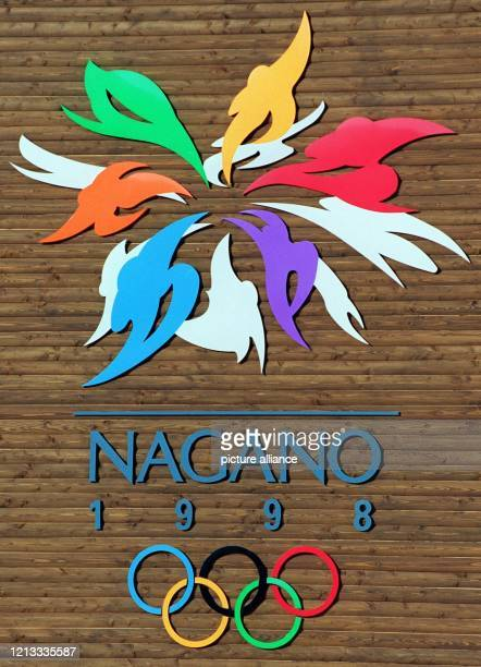 Ein überdimensionales Logo der 18. Olympischen Winterspiele, die vom 7. - 22. Februar 1998 im japanischen Nagano stattfinden, ist an einer...