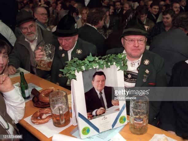Ein Bild des verstorbenen bayerischen Ministerpräsidenten Franz-Josef Strauss schmückt am 25.2.1998 den Tisch einiger CSU-Anhänger beim Auftakt des...