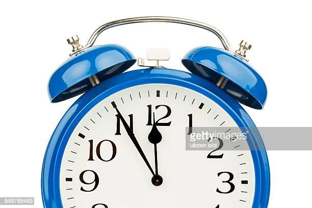 Ein blauer Wecker auf weißem Hintergrund Fünf vor Zwölf