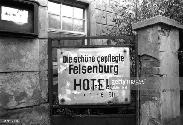 Ein Blechschild mit der Aufschrift Die schöne gepflegte Felsenburg Hotel zeugt noch von den schöneren Zeiten des inzwischen verfallenen Hotels...