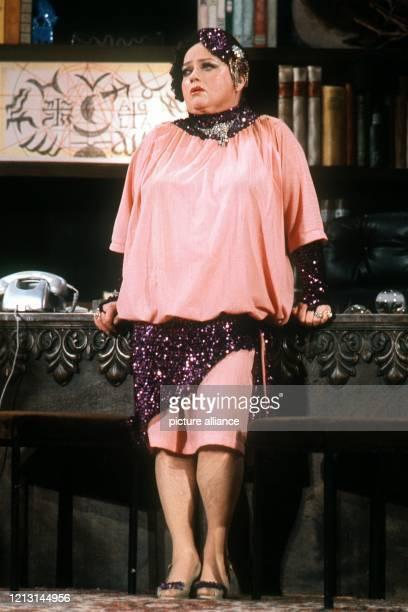 Die Volksschauspielerin Kabarettistin und Sängerin Trude Herr aufgenommen 1982 in ihrem Theater in Köln Mit nahezu 100 Filmen Auftritten als...
