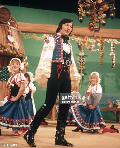 Karel Gott 1971 bei seinem Auftritt in der ZDF-Silvester-Show mit Tänzerinnen des ZDF-Balletts. Der tschechische Schlagersänger feiert am 14. Juli...