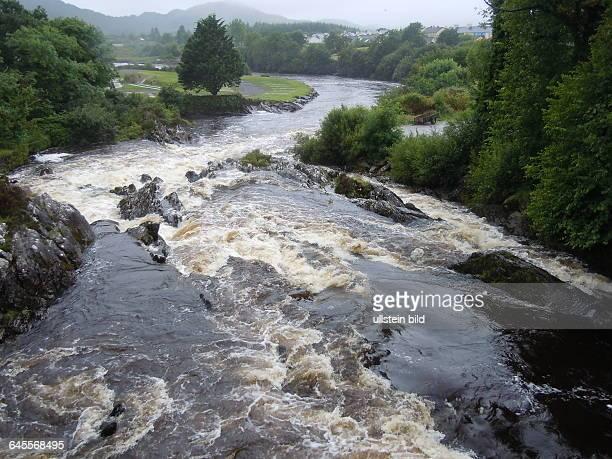 Ein breiter Gebirgsfluss führt Hochwasser im Sommer aufgenommen in der Kleinstadt Sneem am 'Ring of Kerry' am 16 Juli 2015